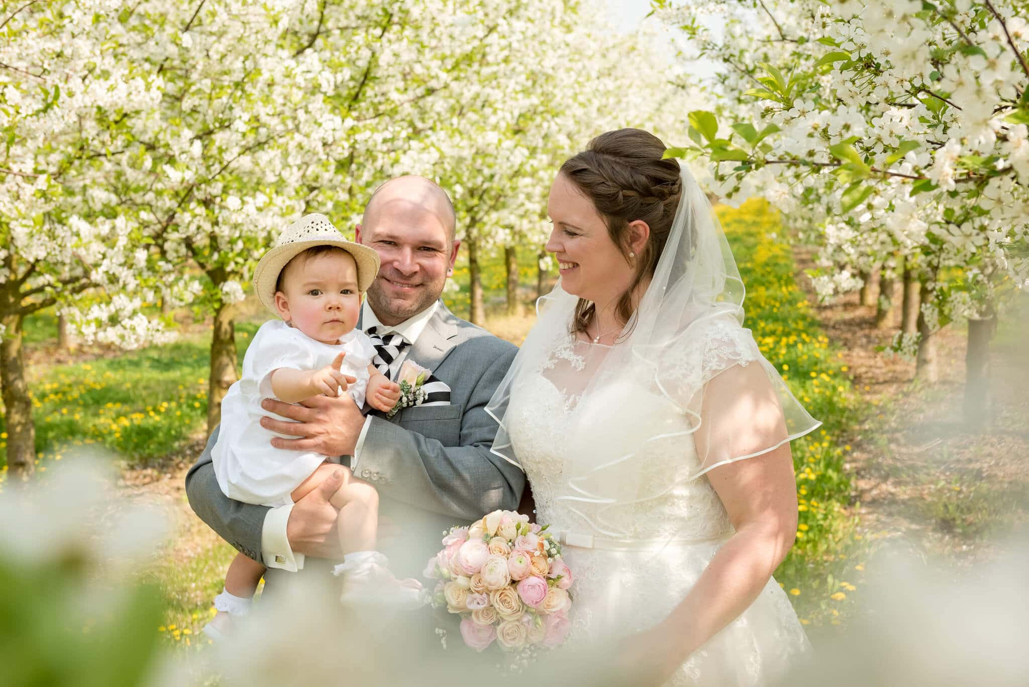 Hochzeits-Familien-Shooting währen der Apfelblüte. Foto: Stephan Benz