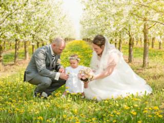 Hochzeitsshooting zwischen Apfelbäumen, Rheinhessen. Foto: Stephan Benz
